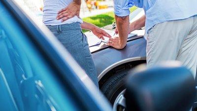 Däck och fälg på bil