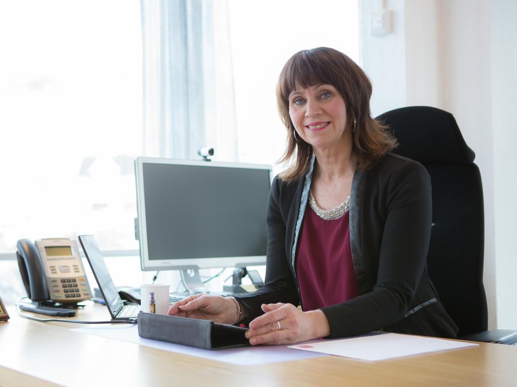 Portrettfoto av fylkesordførar Jenny Følling, som sit ved skrivebordet på kontoret sitt.
