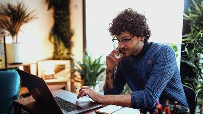 man bokar rådgivning på sin dator