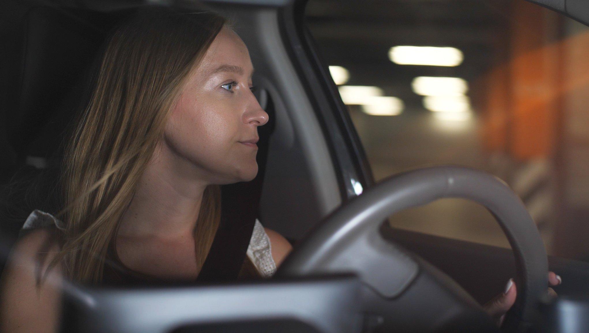 Nainen ajaa parkkihallissa
