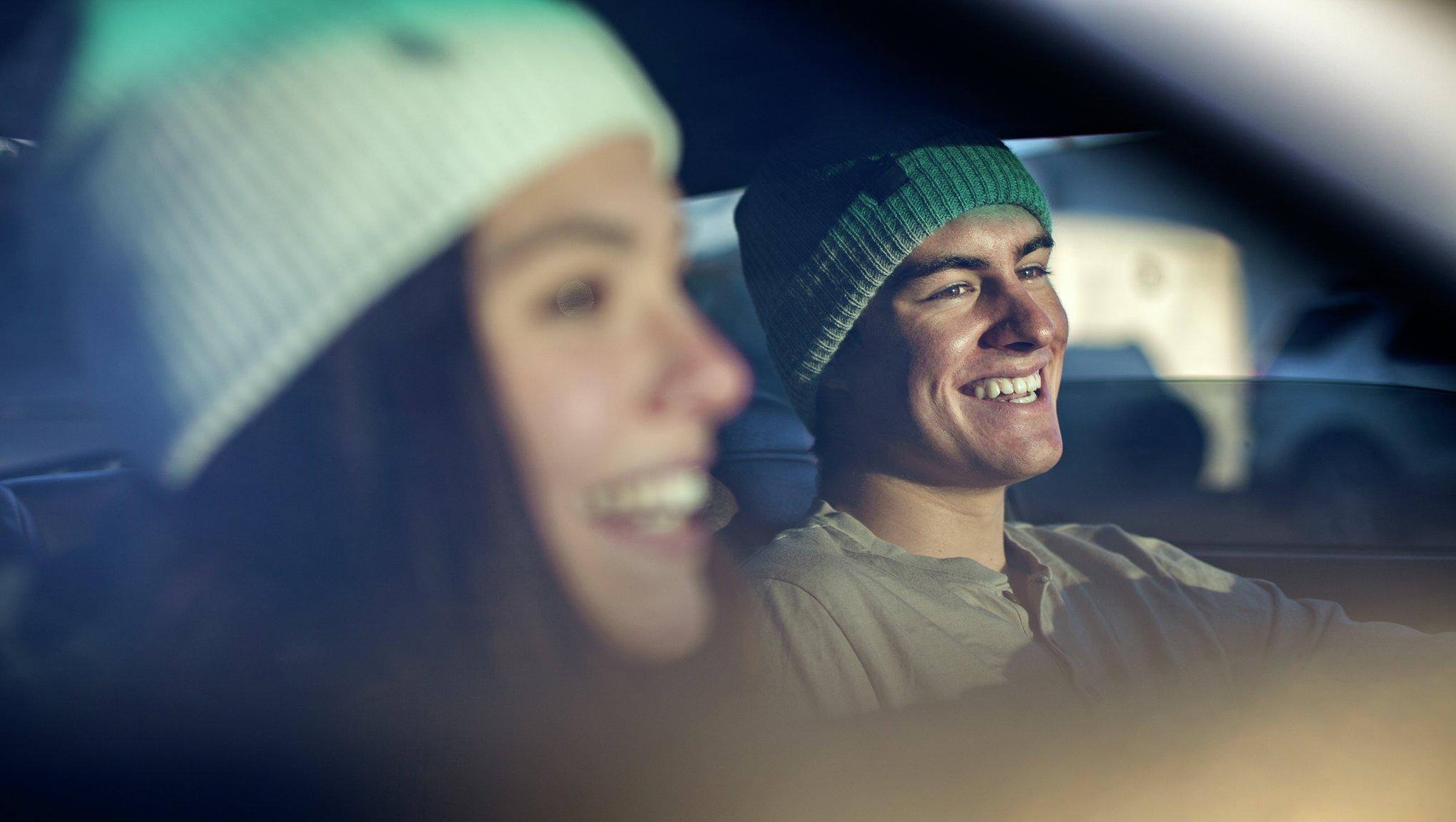 Nainen ja mies autossa