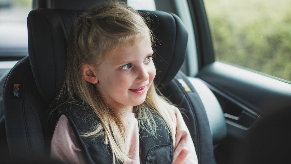 Barn i framåtvänd bilbarnstol