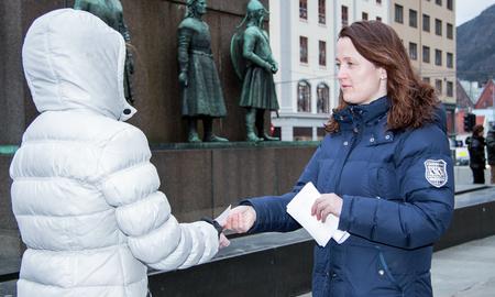 Gatejuristen Ann-Christin Sjøthun samtaler med en klient.