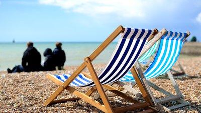 aurinkotuoleja rannalla