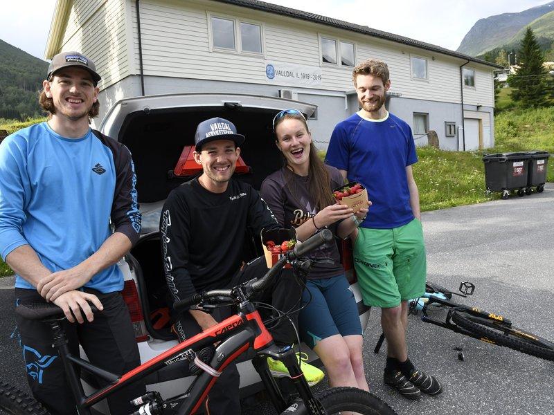Unge fra Valldal heier på den lokale jordbæra. Norsk jordbær