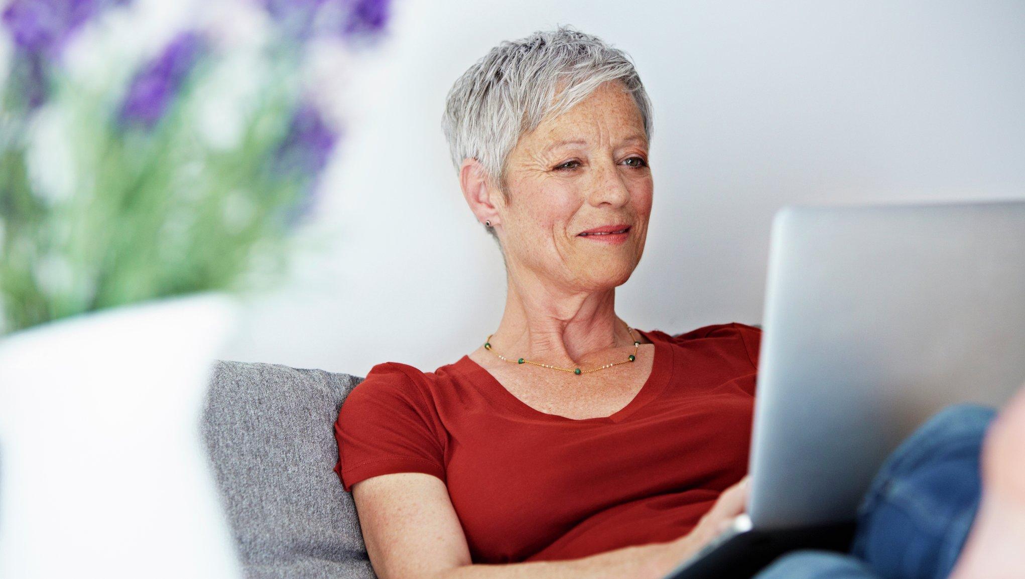 kvinna läser på dator