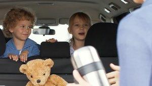 Barn reser i bil