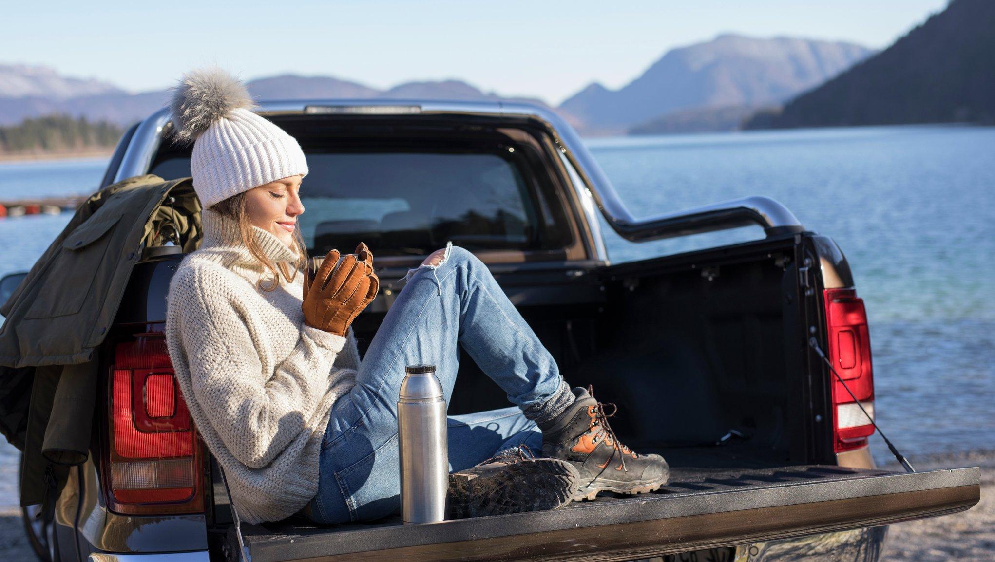 Dame på bilferie i Norge