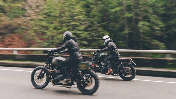 Kaksi moottoripyöräilijää ajaa rinnakkain