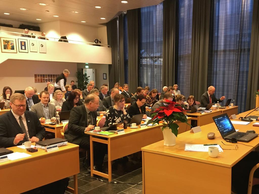 Foto frå møtet i fylkestinget 5. desember 2017. Biletet er teke framme frå, og vi ser dei fleste representantane og dirigentbordet.