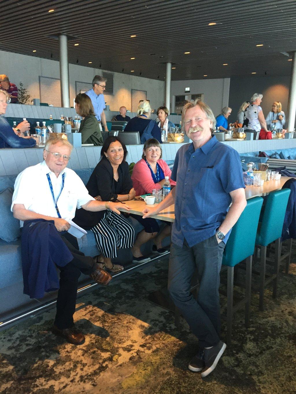 Olav Stedje, Knut Henning Grepstad, Mai Jorunn Samuelsen og Signe Haugsbø Jensen i munter passiar på restauranten på Hoven.