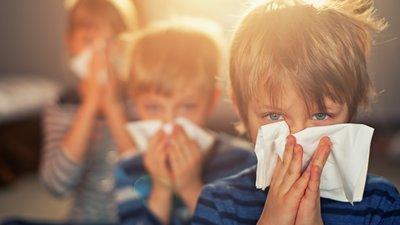 Lapsi pitelee nenäliinaa.