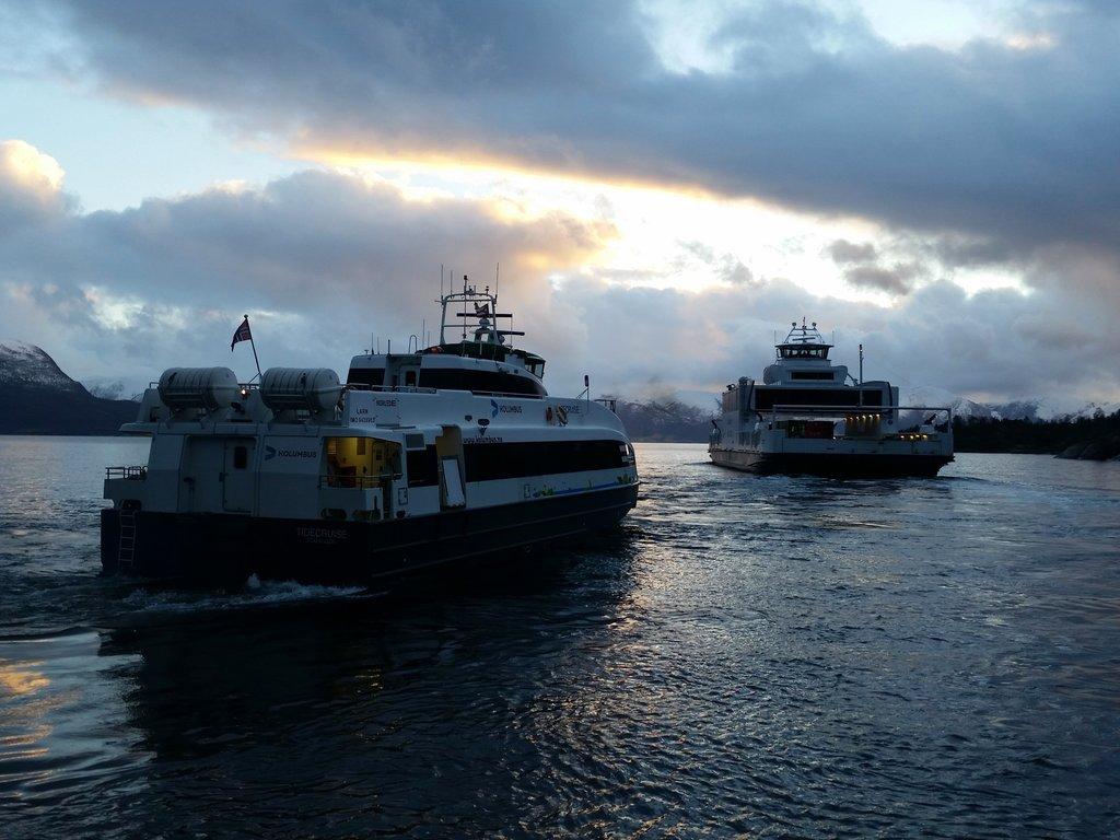 Ferje og snøggbåt på fjorden.