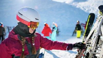 flicka sträcker sig efter slalomskidor