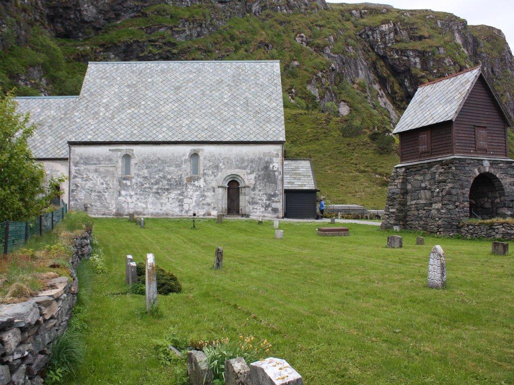 Bilete av Kinn kyrkje, ei kyrkje i stein frå mellomalderen.