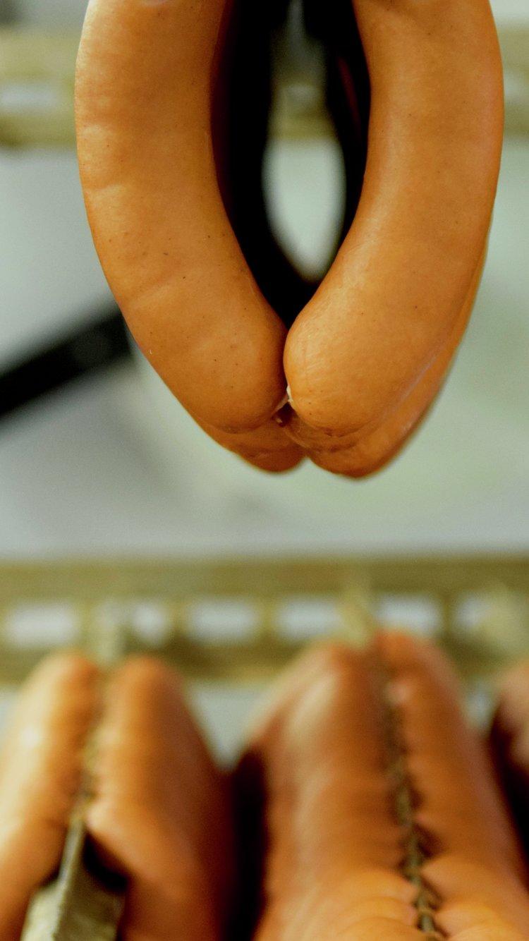 Kjøtt fra norske bønder blir til pølser med Nyt Norge