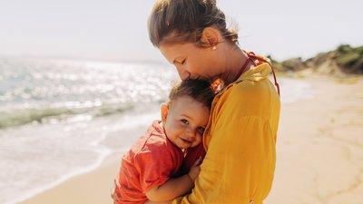 Bebis och mamma på stranden