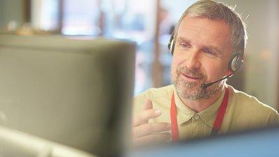 Mann på et callcenter