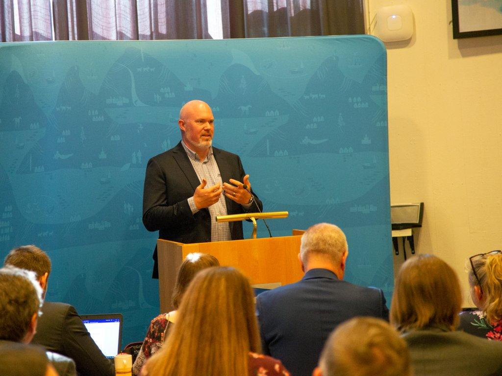 Foto av Leif Arne Stavøstrand på talarstolen då han tok imot klima- og miljøprisen 2019.