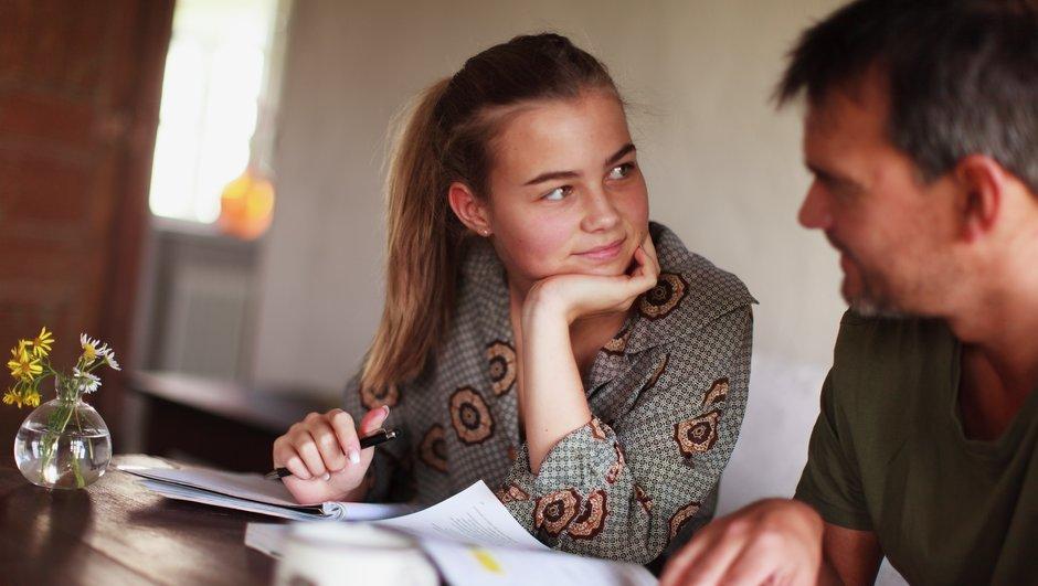 Pappa hjälper dotter med läxan