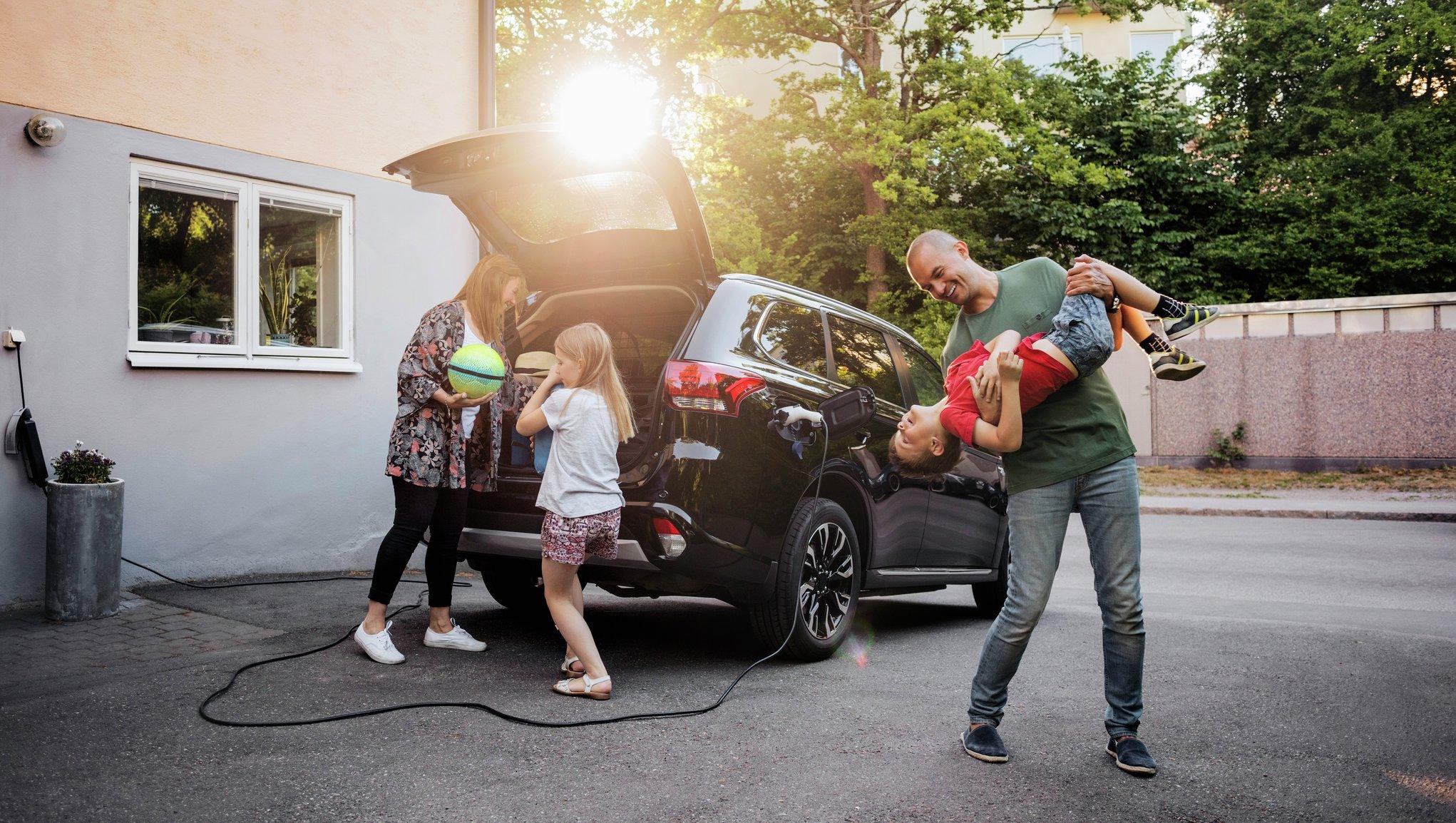 Perhe pakkaa autoa