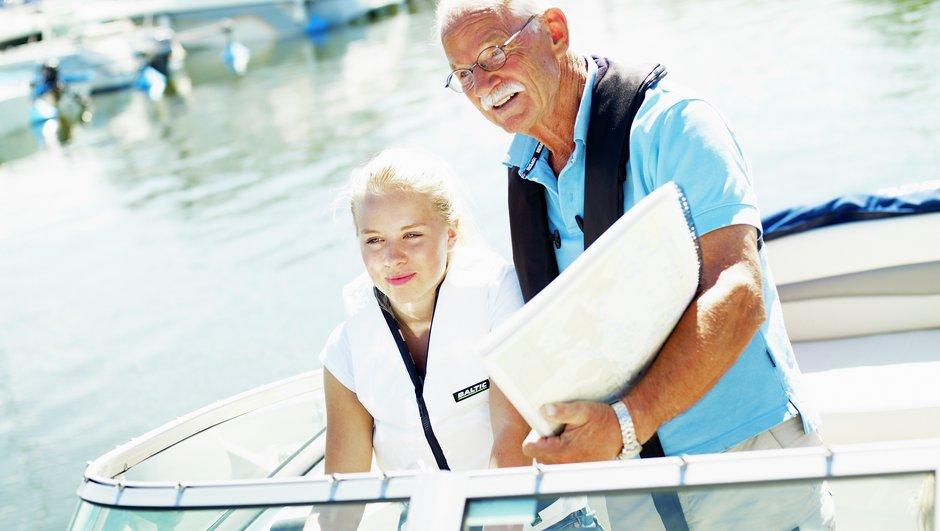 Bedstefar og barnebarn er ude at sejle.
