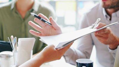 Rettshjelp Person som leverer dokument over bordet