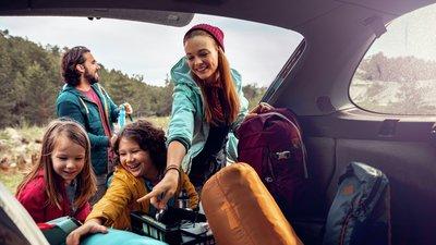 familj packar ur bil