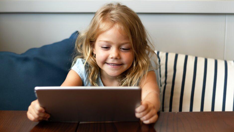 Flicka med dator