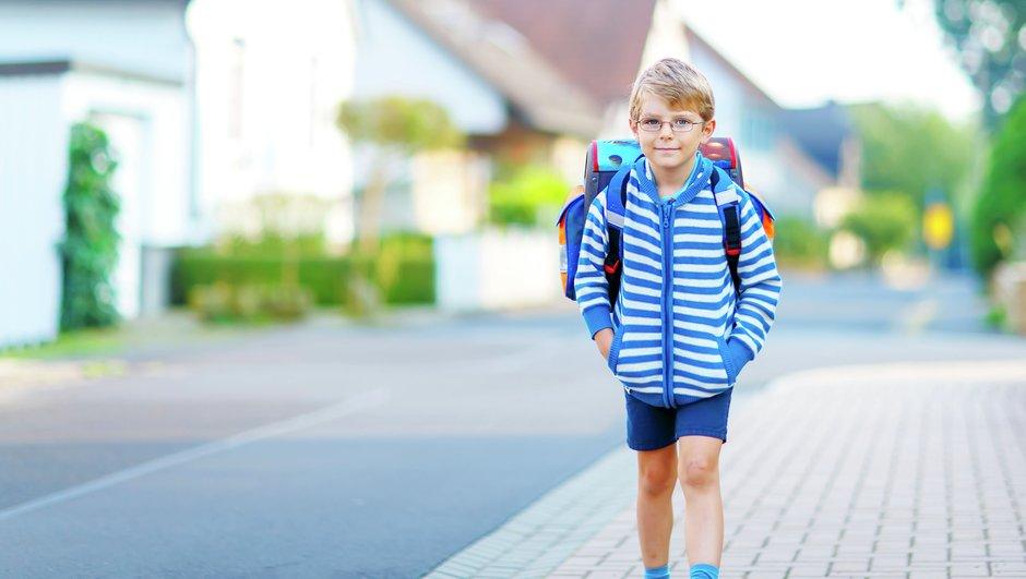 Pojke på väg till skolan