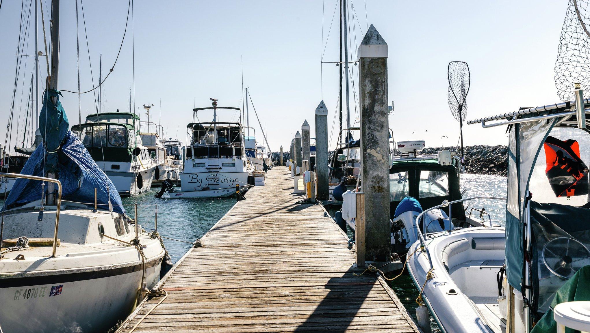 Brygga med båtar