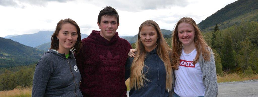 Foto av medlemmar i ungdomspolitisk utval Sogn og Fjordane 2019/20. Biletet er teke ein grå septemberdag i Hodlekve i Sogndal, med Sogndalsdalen i bakgrunnen.