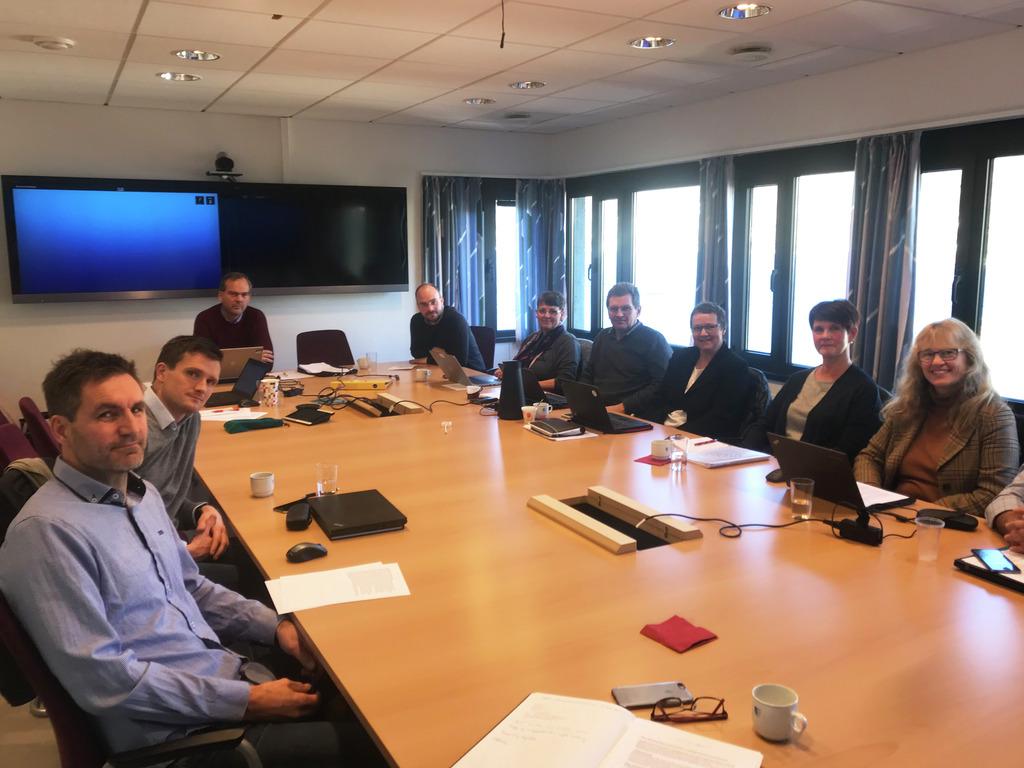 Foto av eit møte i fagopplæringsnemnda. Leiar Nils P. Støyva sit ved enden av bodet, og resten av medlemmane i nemnda sit rundt eit stort møtebord. Alle ser mot kamera.